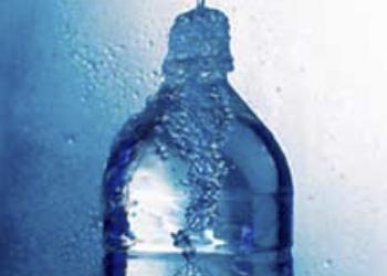 Рак простаты, аденому и рак груди может вызвать бутилированная вода